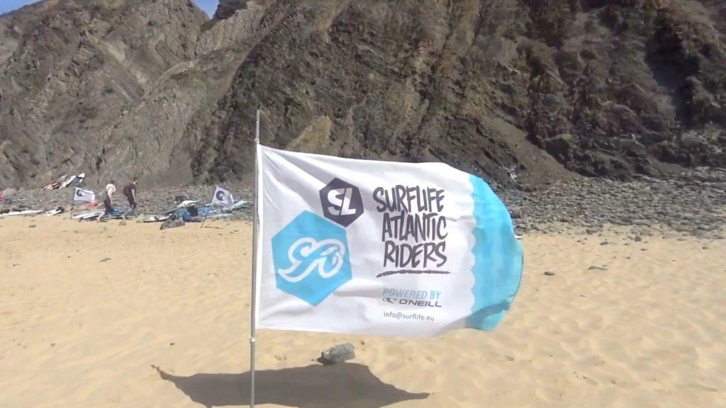 Immer mit dabei: die Erkennungsfahne der Surflife Atlantic Riders