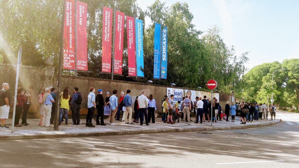 Schlange vor Museu de Arte Contemporânea da Fundação Serralves