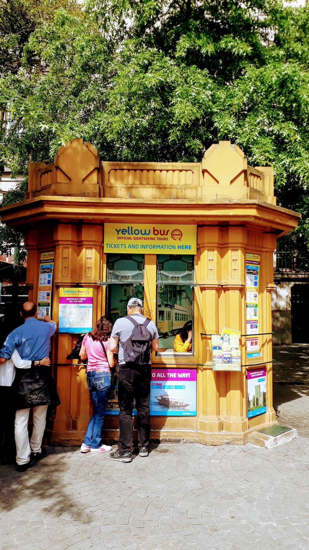 Yellow Bus Kiosk am Praça da Liberdade