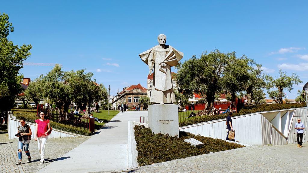 Praça de Lisboa mit Passeio Dos Clerigos