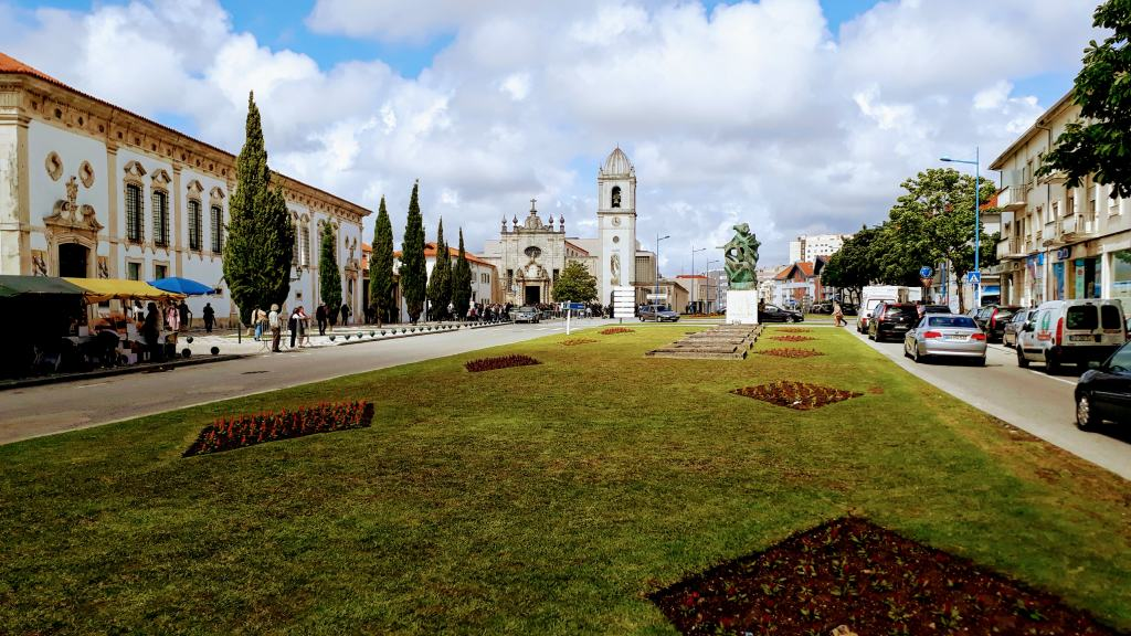 Avenida Santa Joana mit Museu de Aveiro (links) und Kathedrale Igreja de São Domingos (mittig)