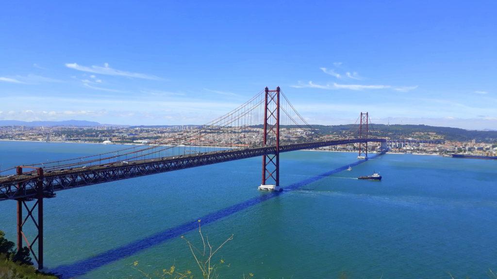 Ponte 25 de Abril von Almada aus