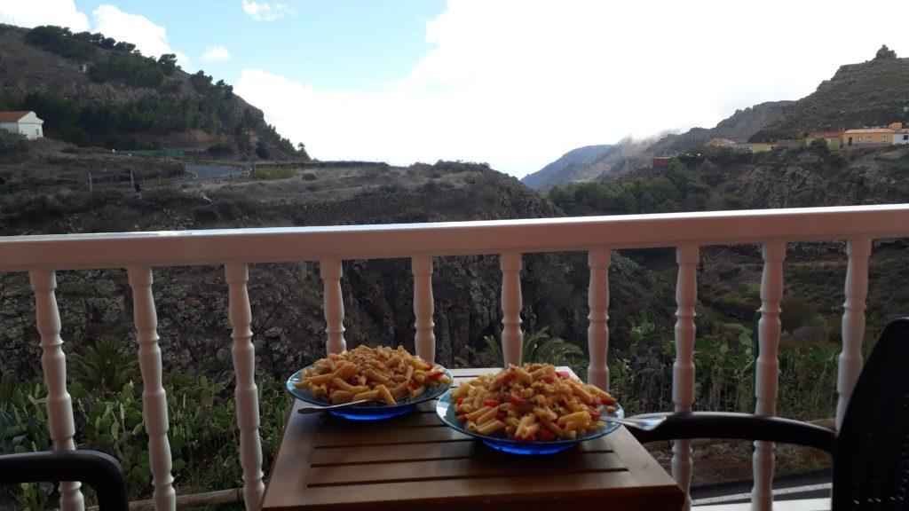 Selbstgekochtes Essen auf dem Balkon der Unterkunft Apartamentos Arure Plaza Nahe des Valle Gran Rey