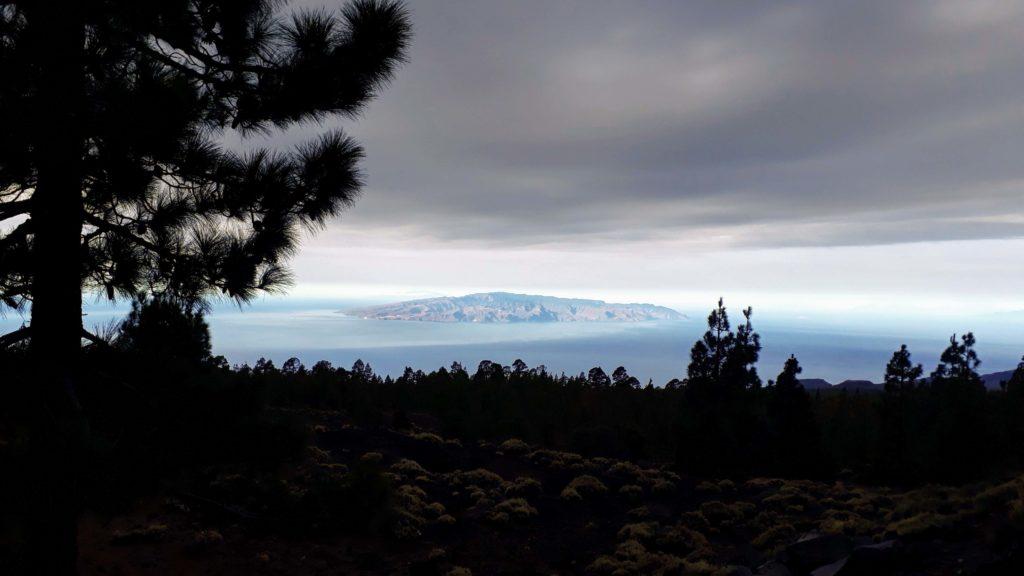 Auf dem Weg nach oben bietet sich eine Aussicht auf die Nachbarinsel La Gomera