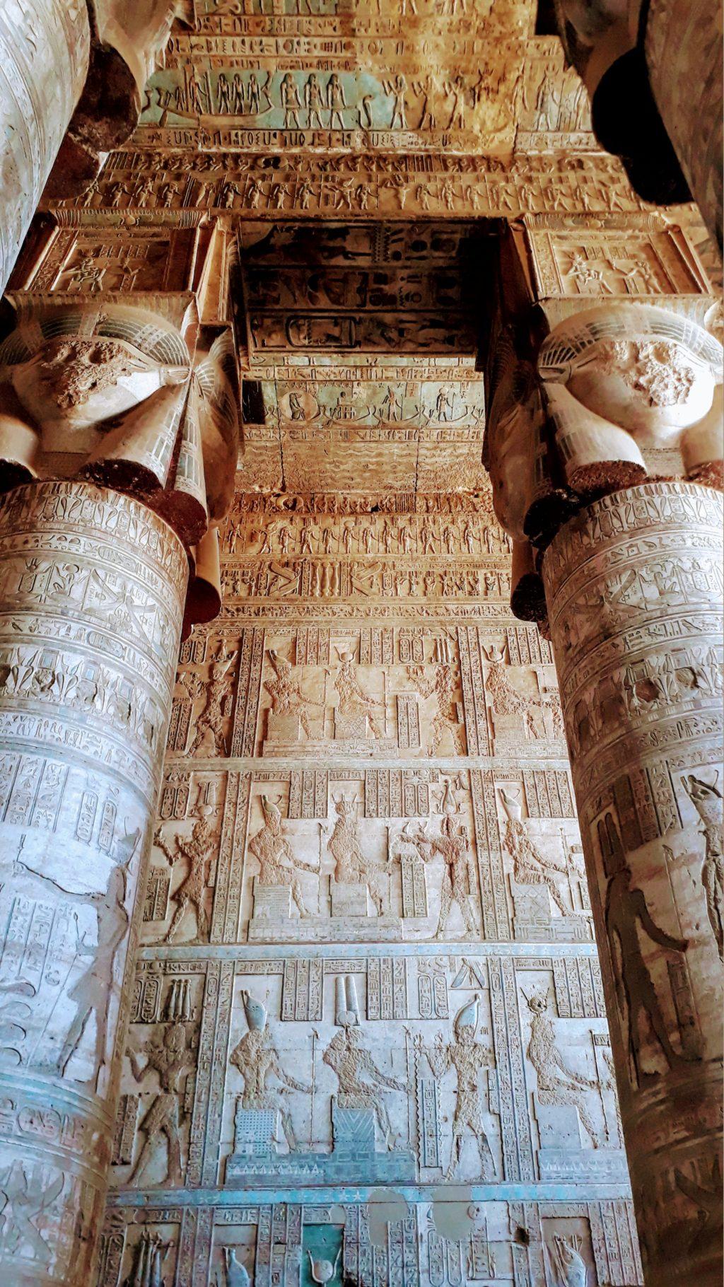 Hathorsäulen im Tempel von Dendera