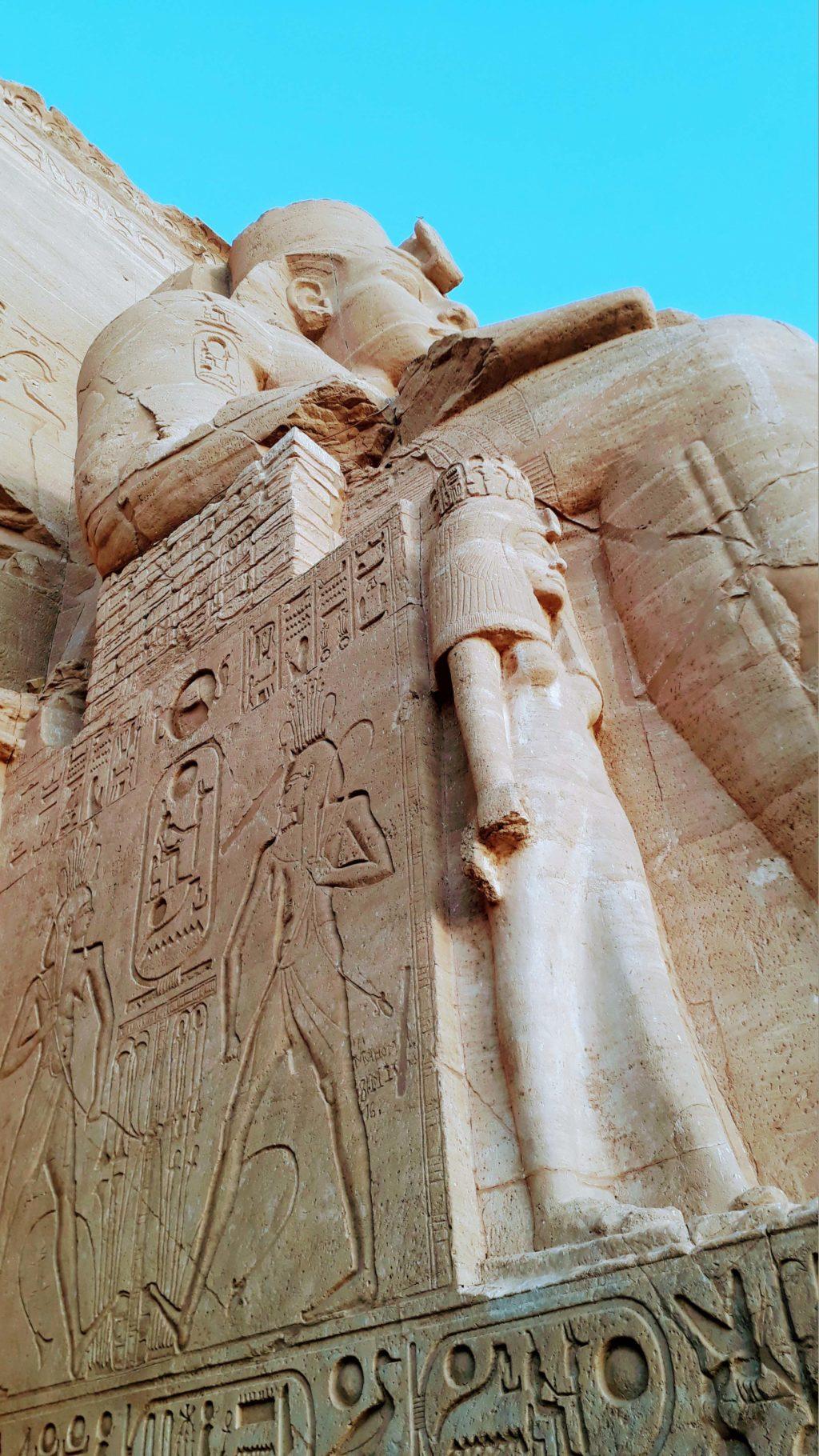 Statue von Ramses II. und seiner Frau Nefertari, die ihm nicht einmal zum Knie reicht