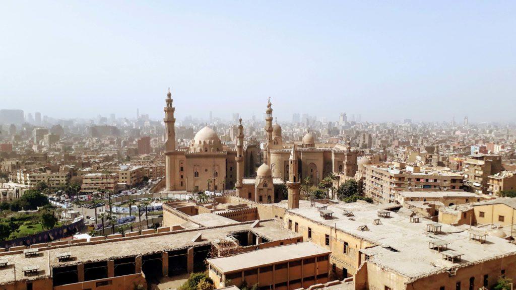 Blick auf die Sultan-Hassan-Moschee und die ar-Rifai-Moschee von der Zitadelle von Saladin