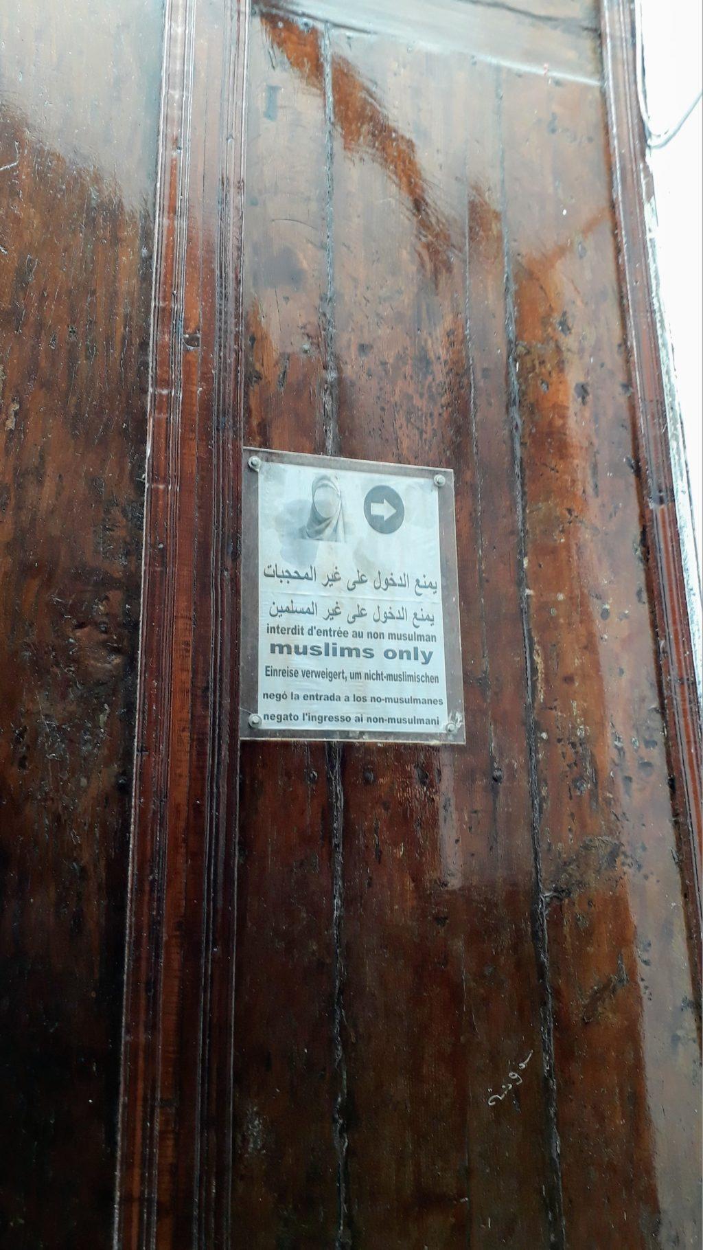 Hinweis, dass die Moschee nur für Muslime betretbar ist