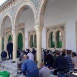 Tunesien: Allgemeine Infos & Tipps - ALLES, WAS DU WISSEN MUSST | Öffentlich betende Männer in El Djem