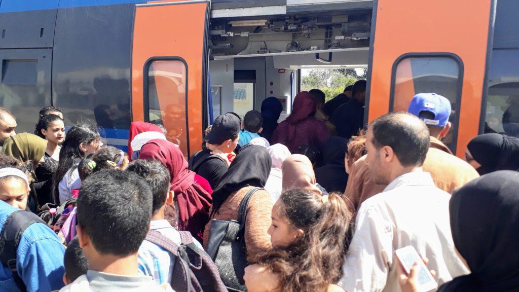 Hier kann es schon mal eng werden: NahverkehrsbahnBanlieue de Nabeul nach Hammamet