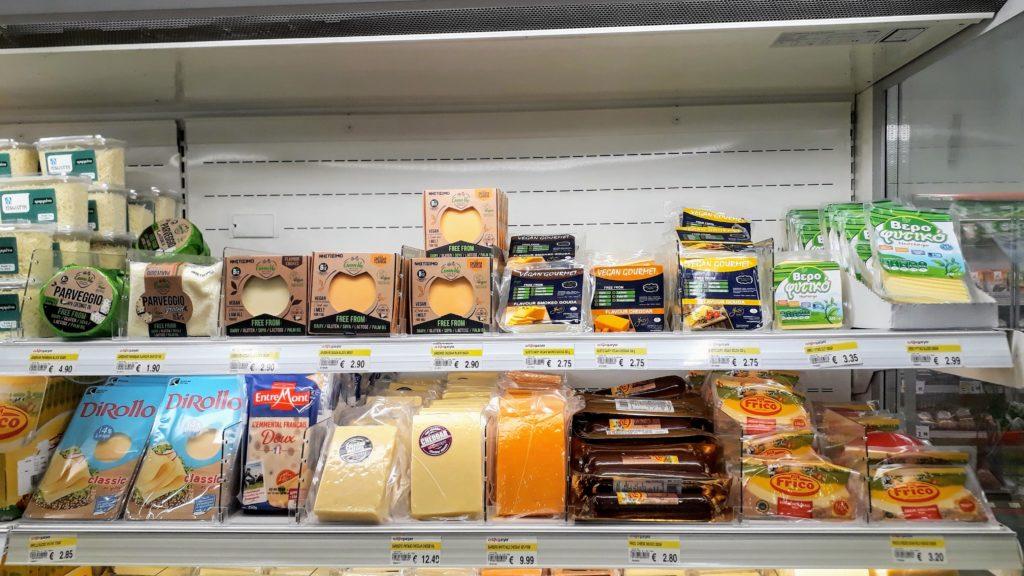 Veganer Käse im Kühlregal: die obere Reihe ist komplett vegan