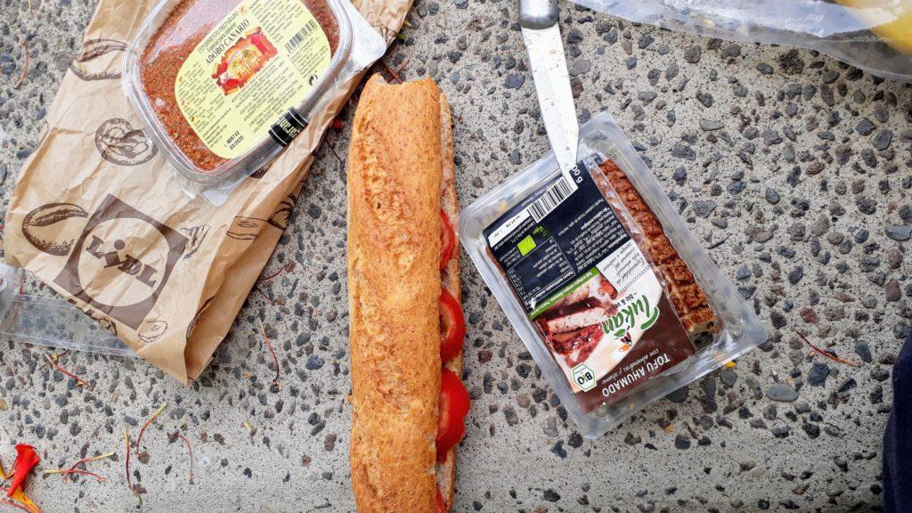 ...und zu essen: Baguette mit Räuchertofu und Tomaten