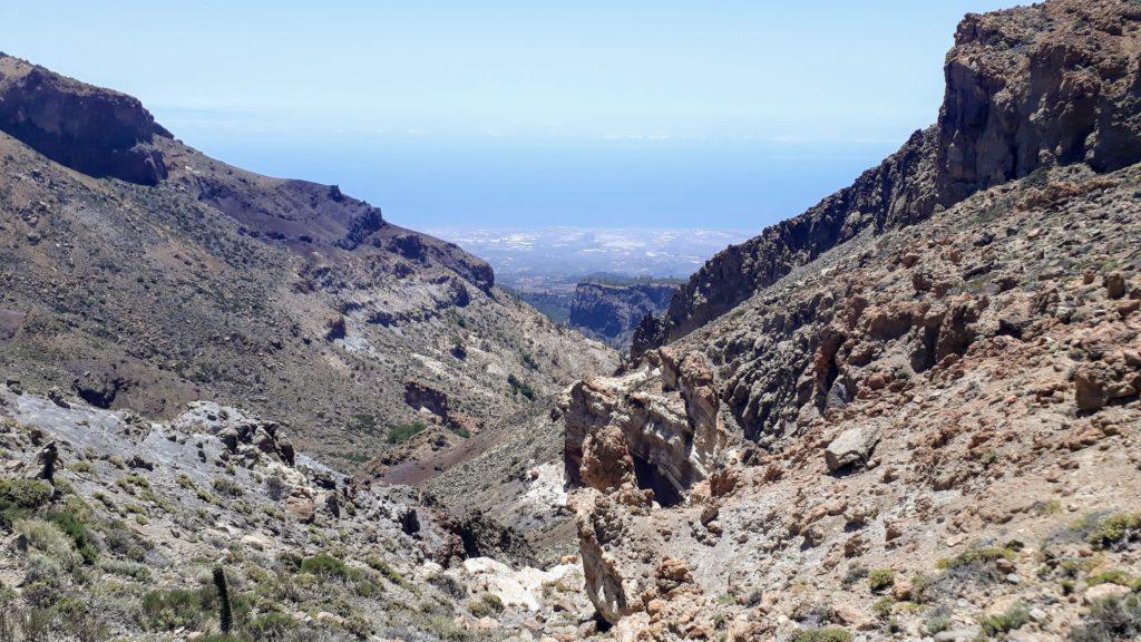 Blick von der Passhöhe Degollada de Guajara auf die Südküste Teneriffas