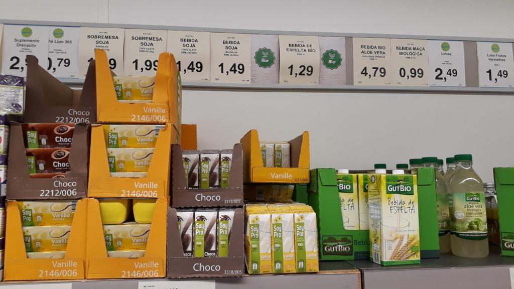 Vanillepudding und Schokopudding auf Sojabasis sowie Sojamilch mit Schoko- oder Vanille-Geschmack