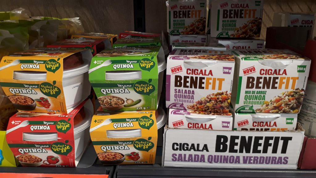 Verschiedene vegane Quinoasalate