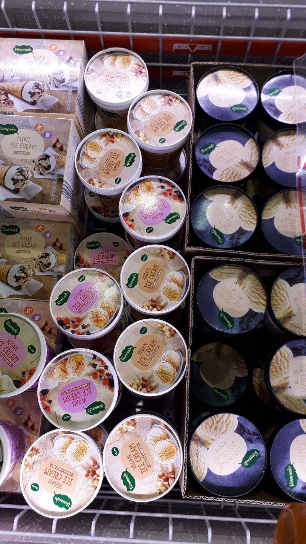 Veganes Eis in den Sorten Erdnuss-Haselnuss oder Vanille-Waldfrucht
