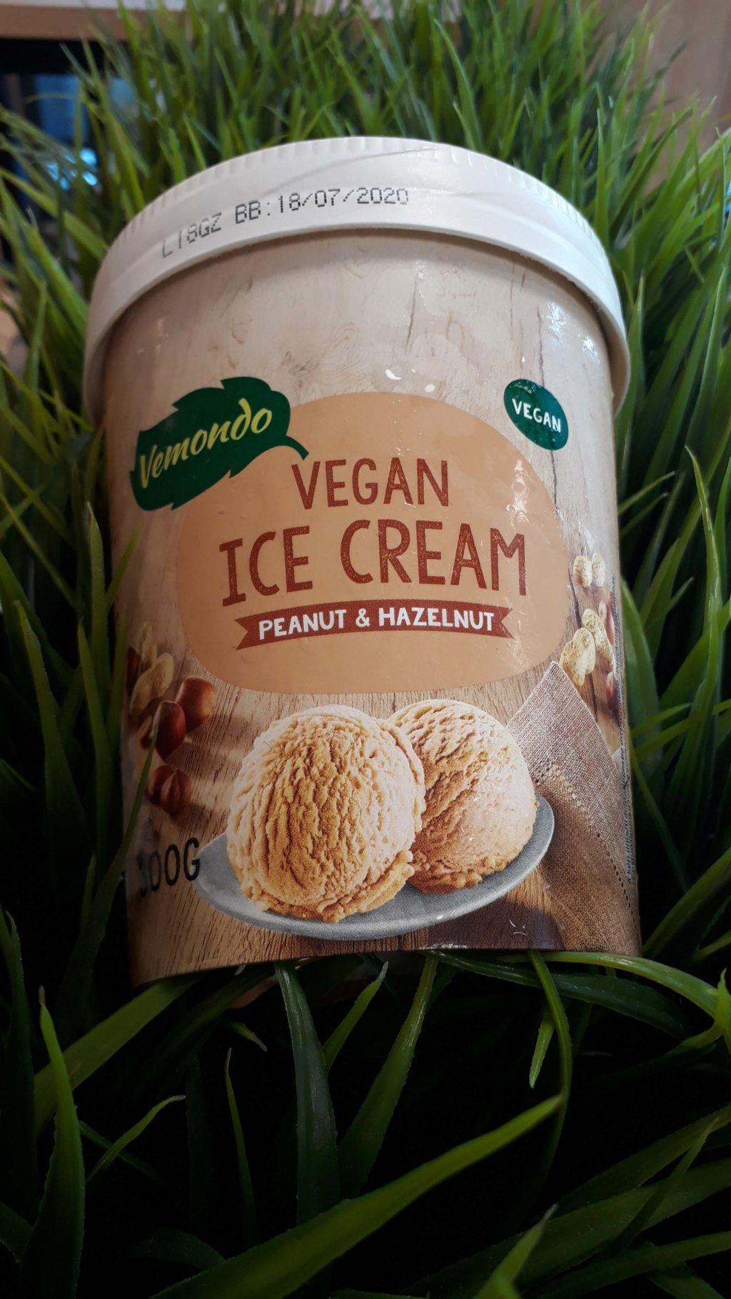 Veganes Eis mit Erdnuss-Haselnuss-Geschmack