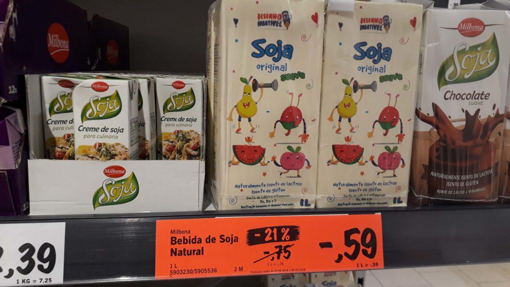 Sojamilch im Angebot für 59 Cent, links daneben Sojasahne, rechts daneben Schokosojamilch