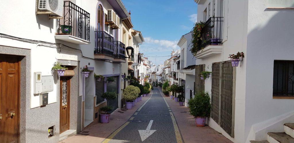 Mit Blumen geschmückte Straßen: typischer Anblick in Estepona