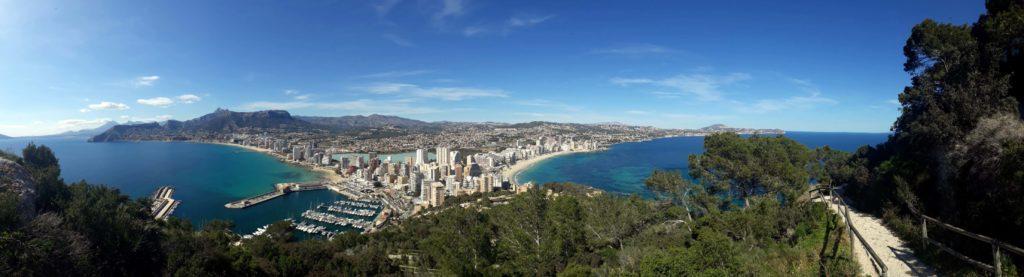 Panorama von Calp und dem Wanderweg auf den Penyal d'Ifac nach etwa 20 Minuten