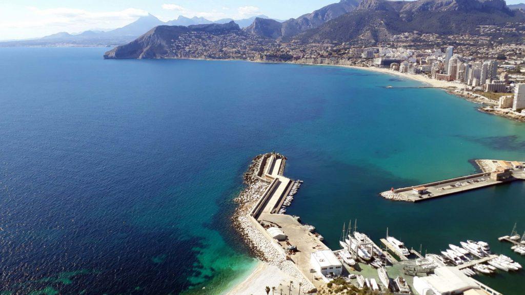 Neben dem Hafen lädt die kleine Bucht Cala el Raco zum Baden ein, oben rechts der Strand Arenal-Bol mit Strandpromenade Paseo Maritimo Playa del Bol