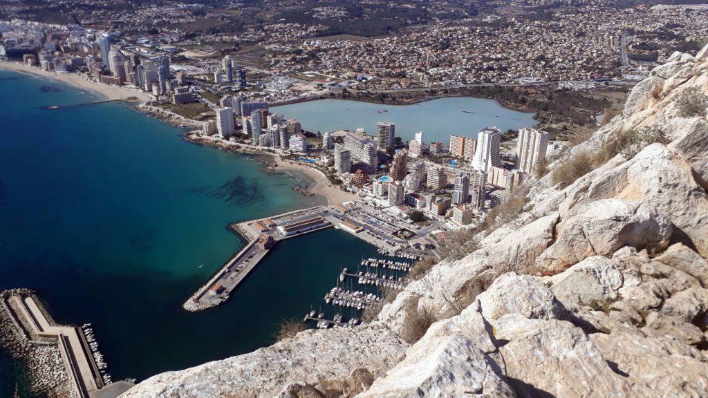 Blick auf den Yachthafen von Calp von oben