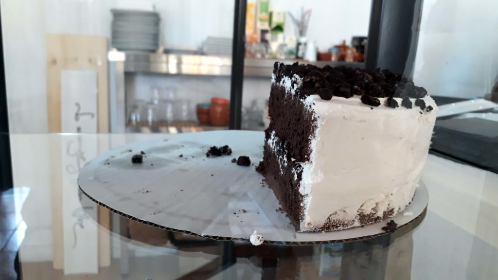 Vegane Oreo-Torte im Tablespoon Bakery Cafe in Inca, Mallorca