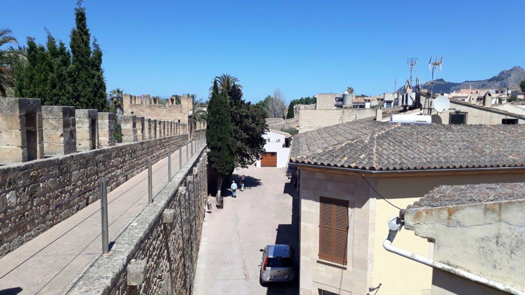 Auf der alten Stadtmauer von Alcúdia