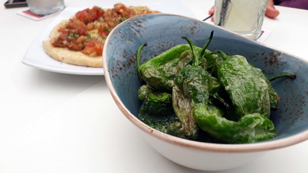 Pimientos de Padrón (gebratene Paprikaschoten mit Meersalz) und Bruschetta bei Pasta Pasta in Cala Ratjada, Mallorca