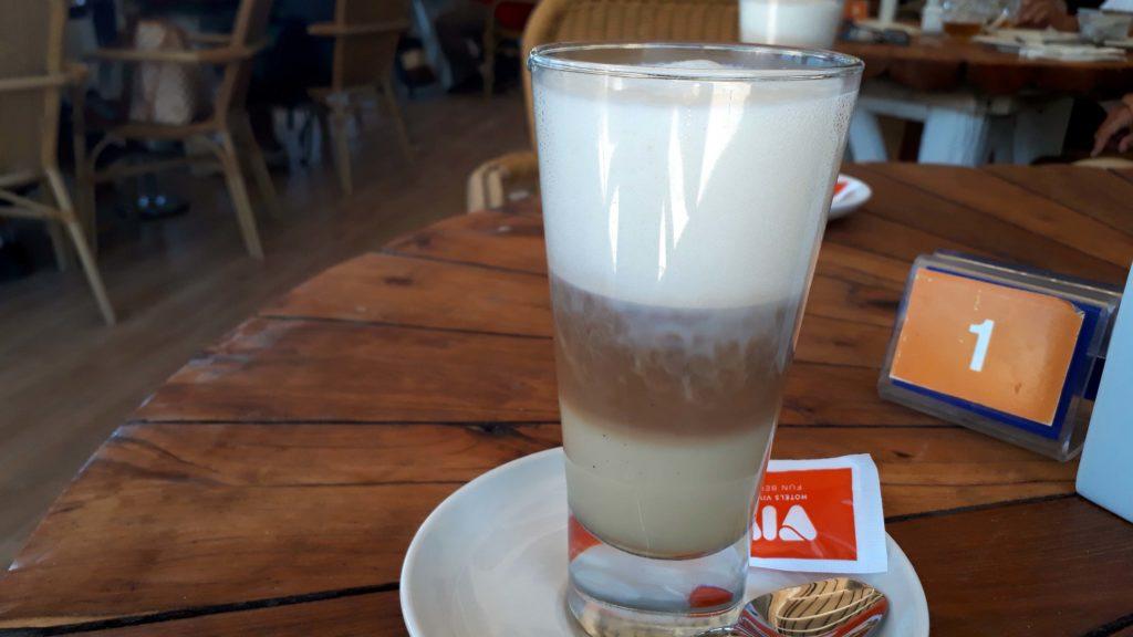 Veganer Caramel Latte Macchiato mit Sojamilch bei Mirablau in der wunderschönen Cala Mesquida, Mallorca