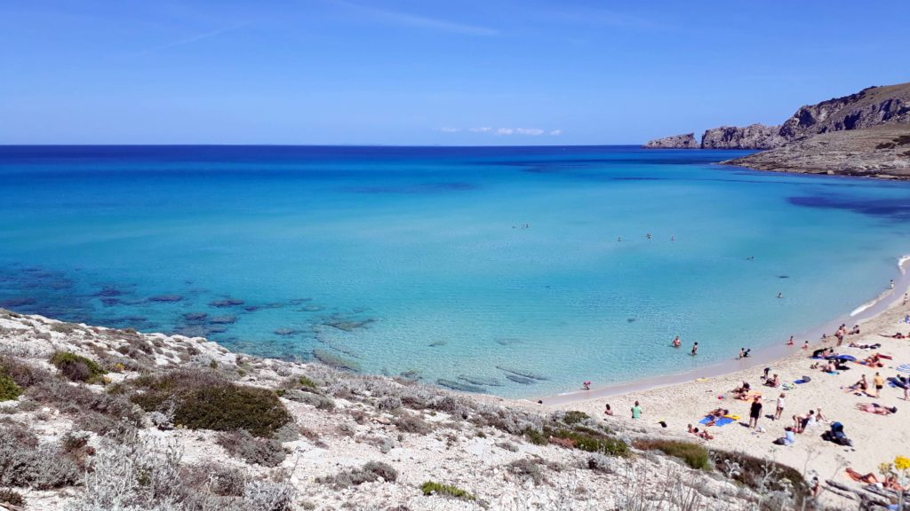 Die Cala Mesquida auf Mallorca lädt mit ihrem Traumstrand geradezu zum Baden ein