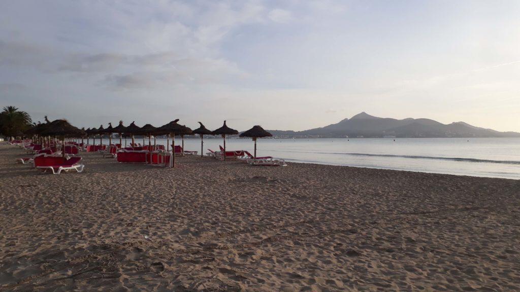 Strand in Port d'Alcúdia am Abend, im Hintergrund ist der Berg Talaia d'Alcúdia zu sehen