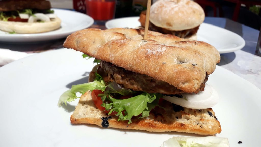 Vegane Burger im Güep Cafe in Port d'Alcúdia, Mallorca