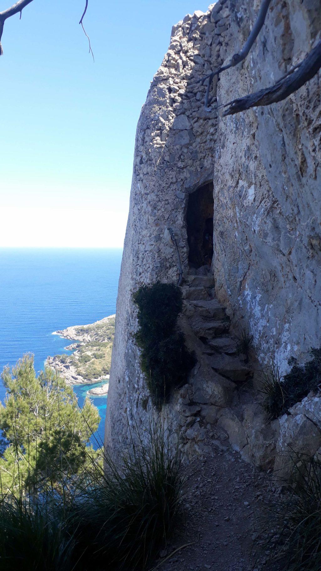 Felsdurchgang zum Aussichtspunkt Mirador Penya del Migdia