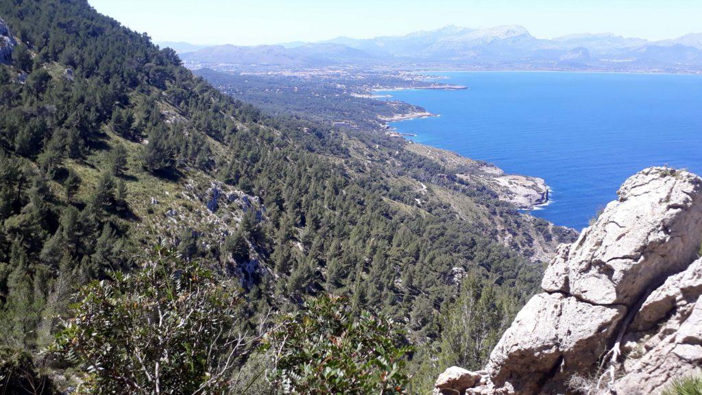 Blick vom Penya des Migdia auf Mallorca