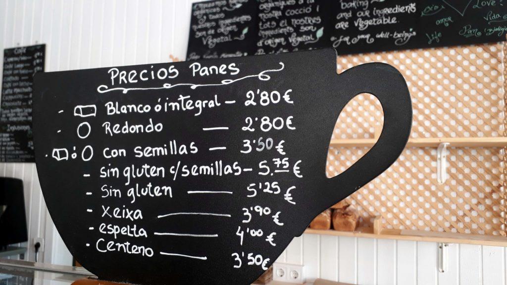 Bortauswahl (auch glutenfrei) im Tablespoon Bakery Cafe in Inca, Mallorca