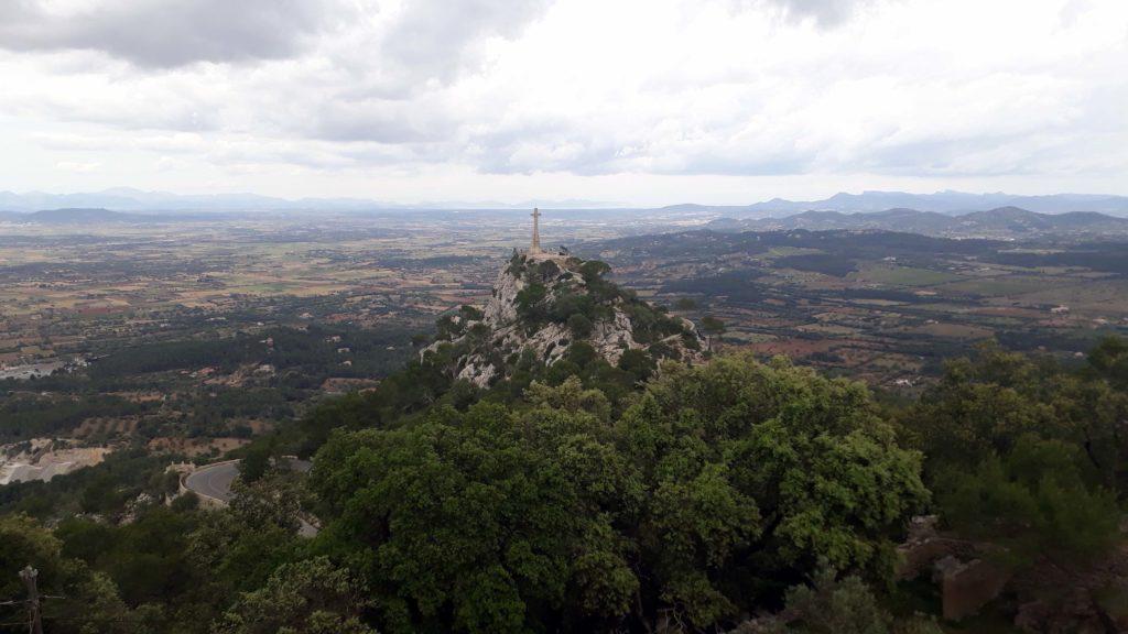 Steinkreuz Creu des Picot auf dem Puig des Milá in Nähe des Santuari de Sant Salvador