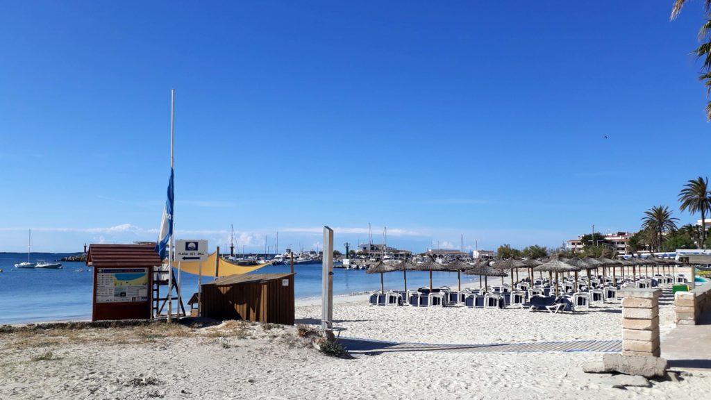 Der Stadtstrand von Colònia de Sant Jordi ist mit der blauen Flagge für hohe Wasserqualität ausgezeichnet