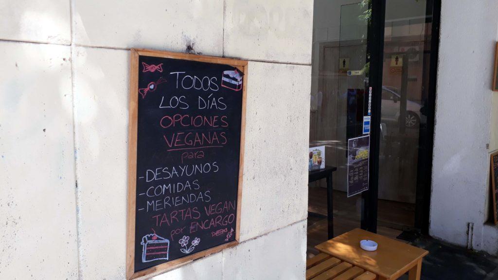 Die Cafeteria Bon-Bon in Palma wirbt groß mit veganen Optionen...