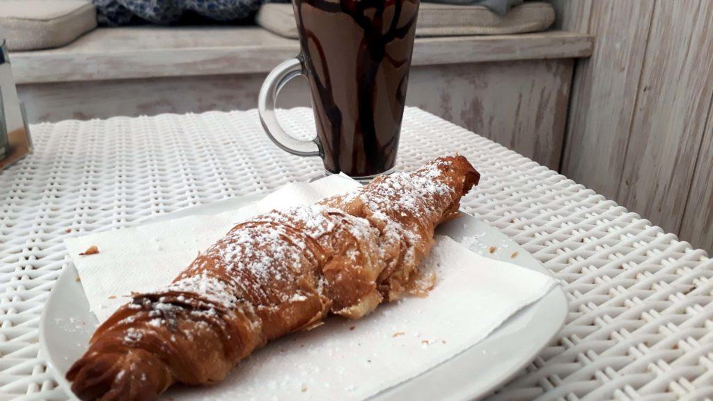 ...und hält, was es verspricht: veganes Schoko-croissant und Oreo-Shake mit Sojamilch