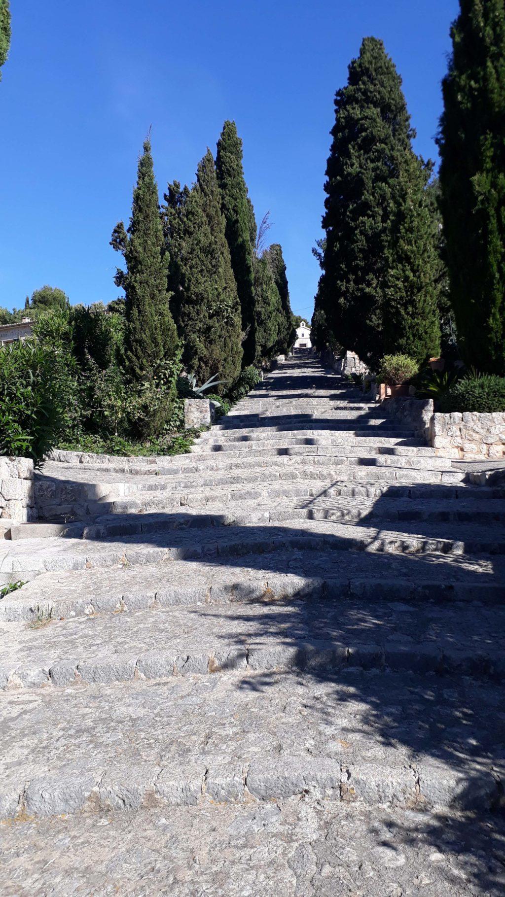 Von unten wirken die 365 Stufen der Treppe Carrer del Calvari vielleicht etwas einschüchternd
