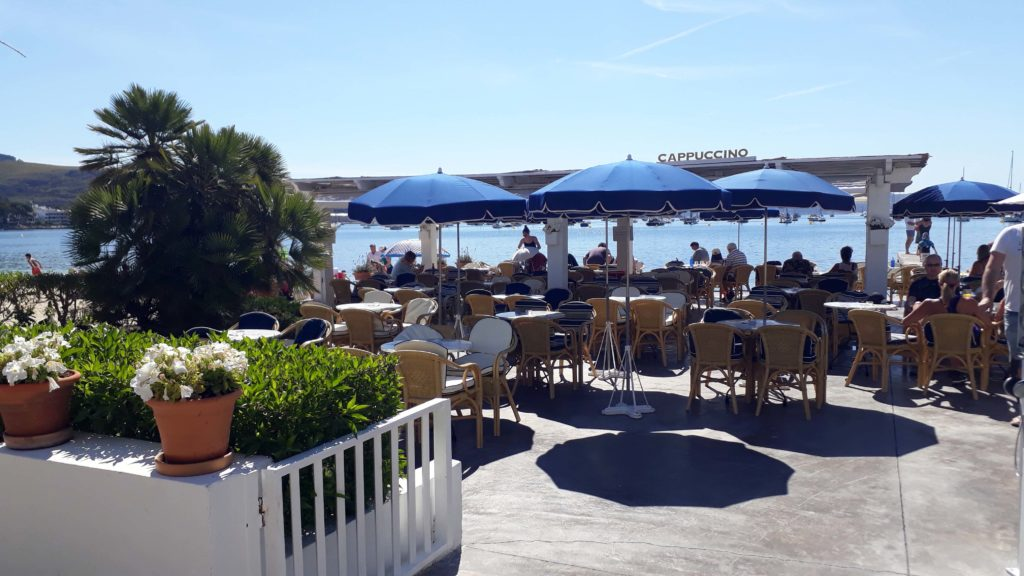 Terrasse des Cappuccino Grand Café in Port de Pollença, Mallorca