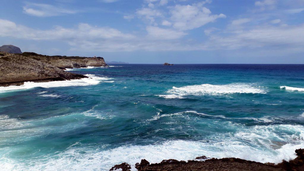 Wildes Meer an der Cala Torta