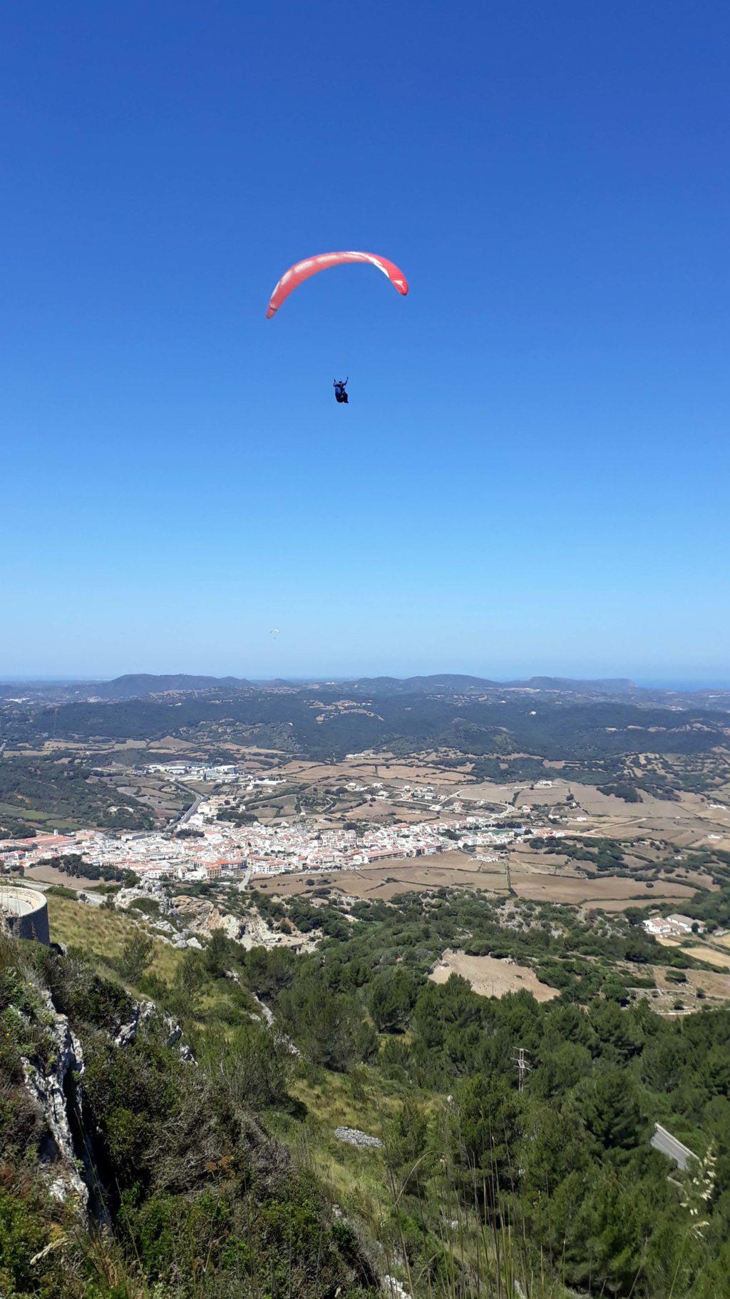 Paraglider vor dem Berg Monte Toro, dem höchsten Punkt Menorcas