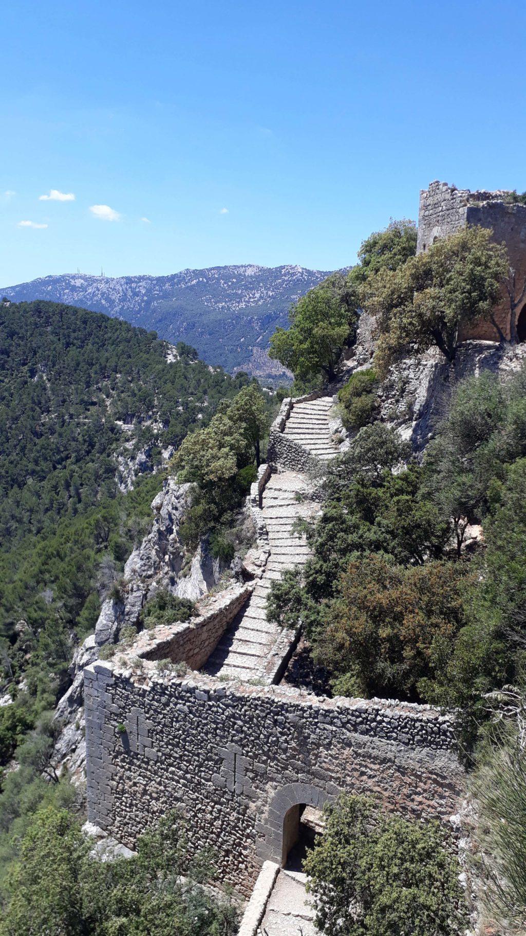 Alte Steintreppen führen zum Castell d'Alaró auf Mallorca hinauf