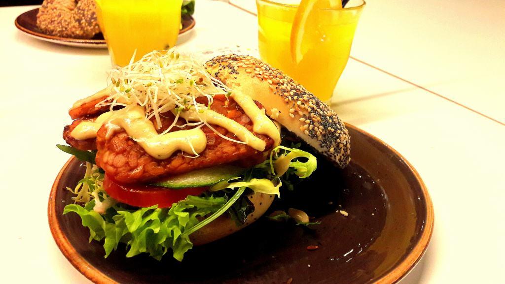 Veganer BLT Bagel und frisch gepresster Orangensaft von der SAP Bagel & Juice Bar