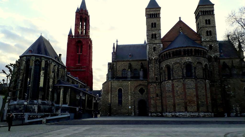 Vrijthof mit Sankt-Johannis-Kirche, Sankt-Servatius-Basilika und Hauptwache