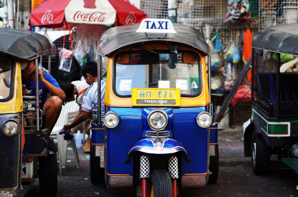 Die kleinen Tuk-Tuks sind in vielen Ländern als günstigere und wendigere Alternative zu den klassischen Taxis beliebt