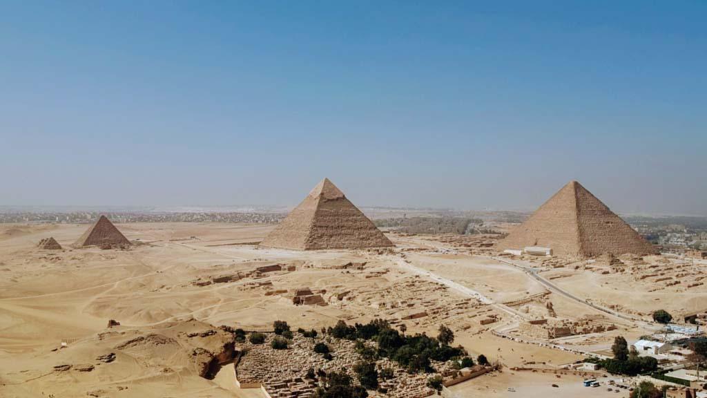 Die berühmten Pyramiden von Gizeh, unten rechts ist die Große Sphinx zu sehen