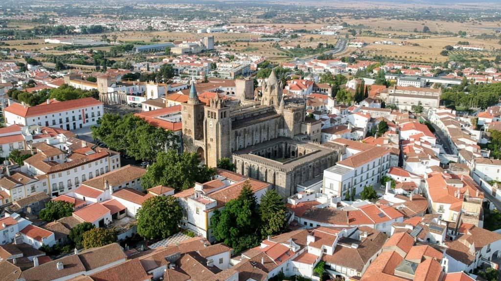 Kathedrale und Tempel (links) von Évora
